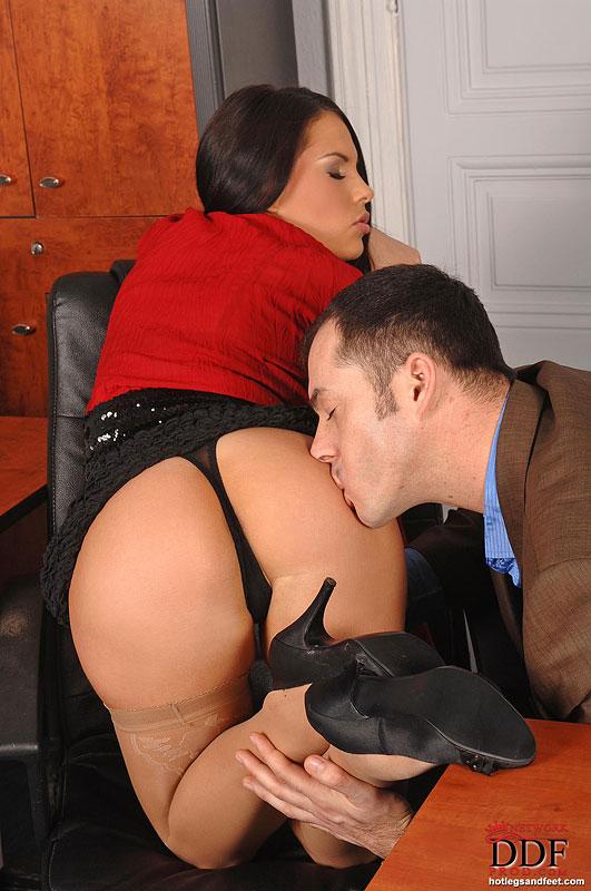 предлагаем порно секретарша дрочит парню ногами мужем