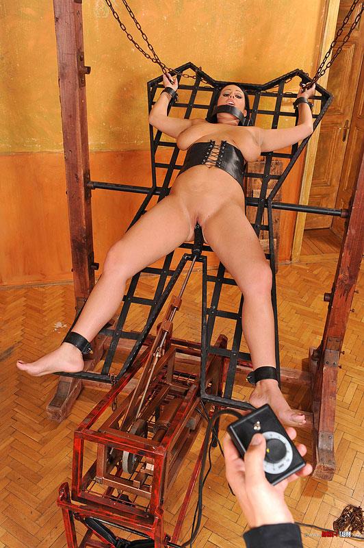 Привязанная к столбу порно 12 фотография