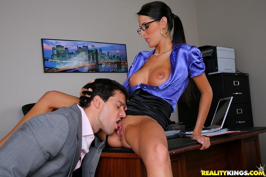видео секретарша дрочит боссу - 2