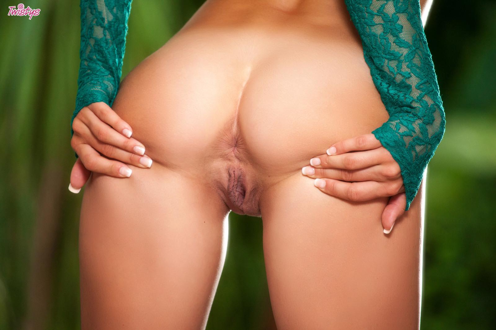 Ryan Ryans Moans When Fingering Her Juicy Pussy 51007