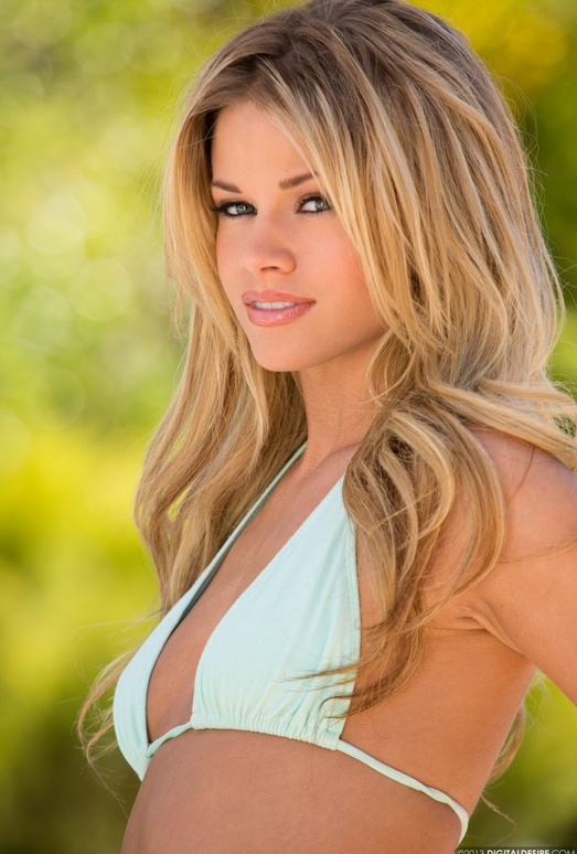 Jessa Rhodes Goes For A Tan By The Pool