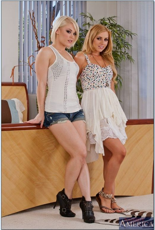 Sexy MILFs Kerry-Louise and Lexi Belle suck and fuck massive cock № 18502  скачать