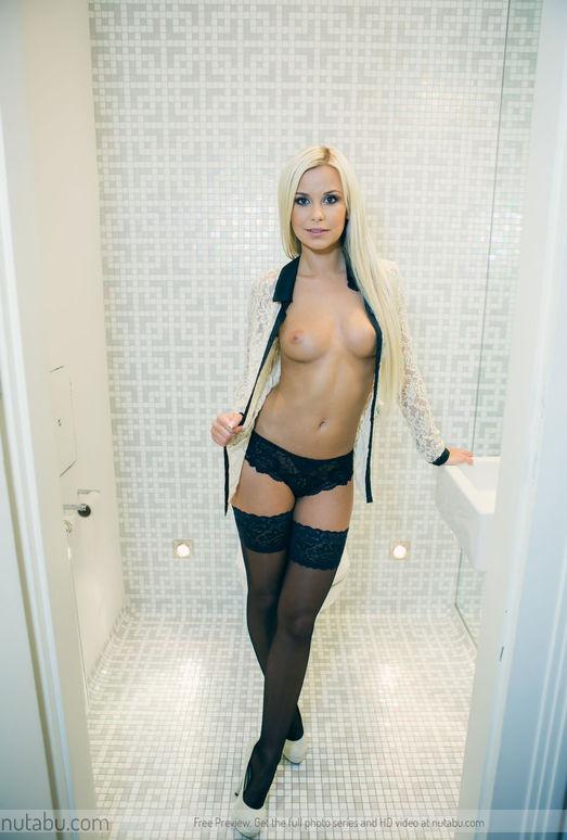 Velvet Blonde - Lara