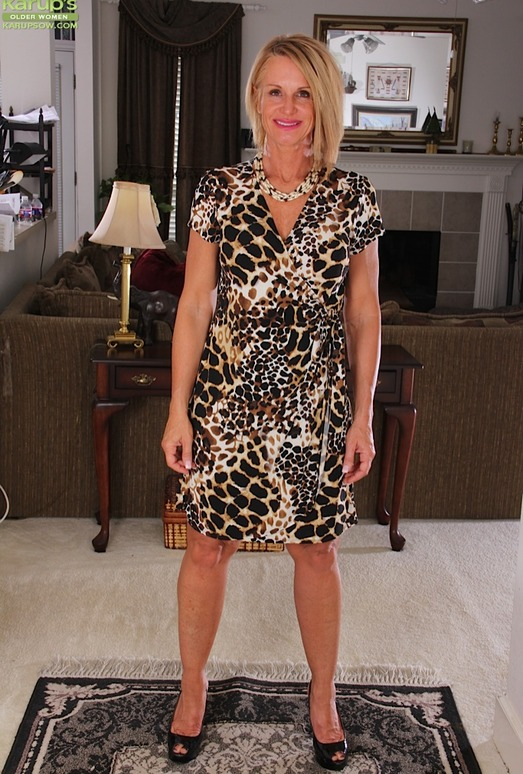 Older mature Mason Vonne spreading her legs