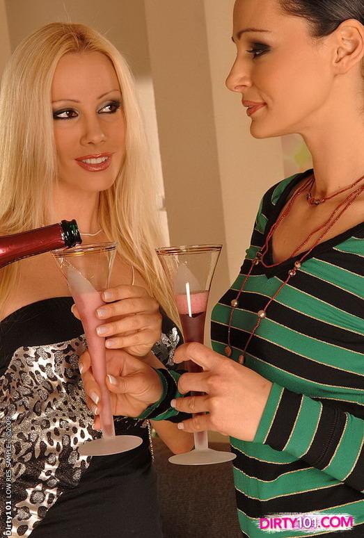 Horny Lesbians Sandy & Cameron Cruz