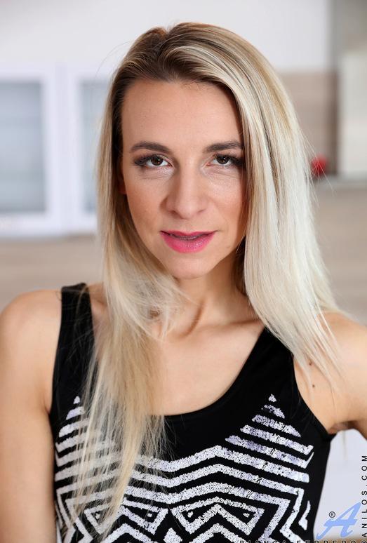 Bianca Ferrero - Pink Play - Anilos