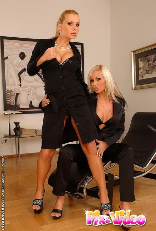 Dorothy Black & Adriana Russo Eating Pussy