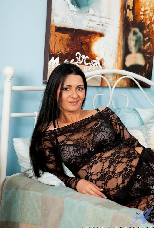 Sienna Richardson - Beige Dildo