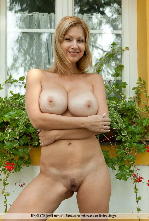 Secret Love - Karol - Femjoy