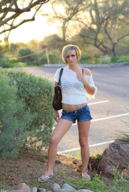 Вызывающая блонда раздевается на улице  475196