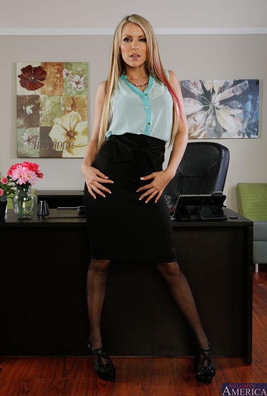 Courtney Cummz - Naughty Office