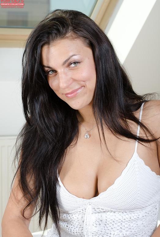 Anellita - slutty brunette poses naked
