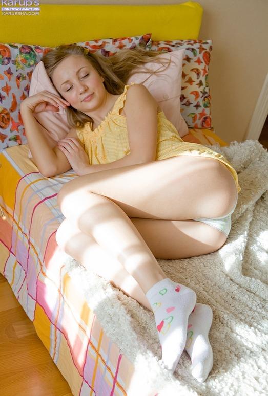 Alice - amateur blonde loves her hitachi