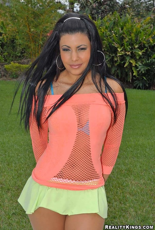 Giselle - Muchos Besos - 8th Street Latinas