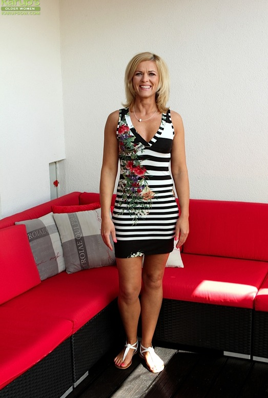 Aarrie - Cute blonde milf showing her body