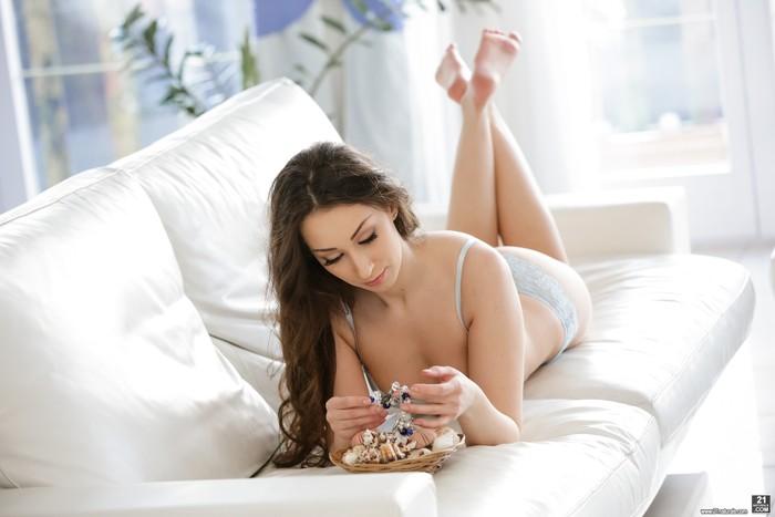 Leyla Bentho - Unraveling with Leyla
