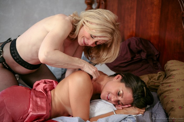 Nina Hartley, Stephanie Swift - Nina Loves Girls