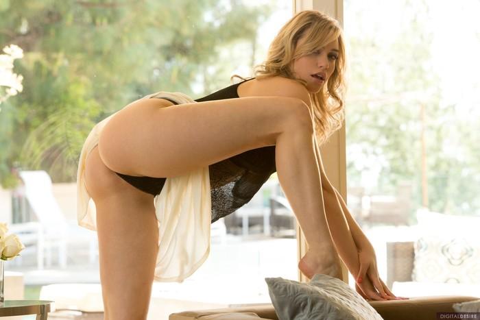 Mia Malkova Spreads Her Legs Wide