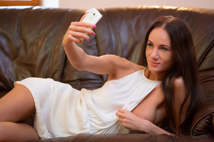 Chelsy Sun, Eveline Neill - Selfie - Viv Thomas