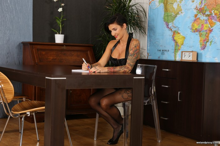Short haired female Gabrielle Gucci strips to nylons before giving a blowjob № 429717 бесплатно