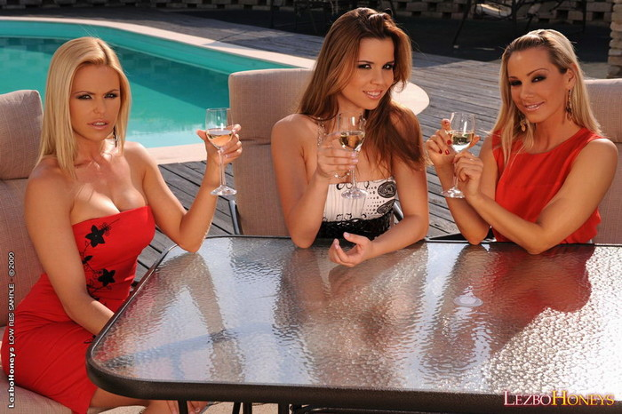 Lesbian Threesome Action with Sandy, Peaches & Wivien