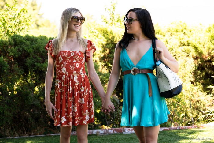 Lesbian Friends Whitney Wright and Mackenzie Moss licks their pussies