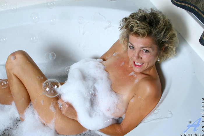 Vanessa - Bubble Bath - Anilos