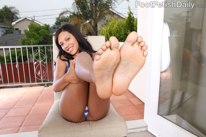 Rhianna Ryan Exposes Feet and Gets Cum on Soles