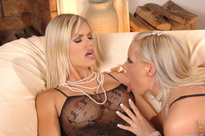 Wivien & Sheila - DDF Busty