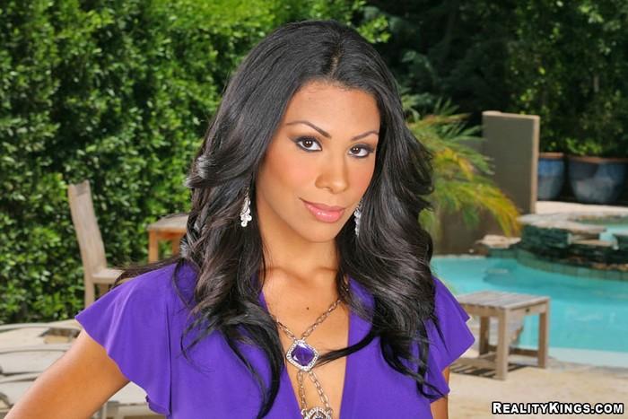 Cassandra - Red Hot - 8th Street Latinas