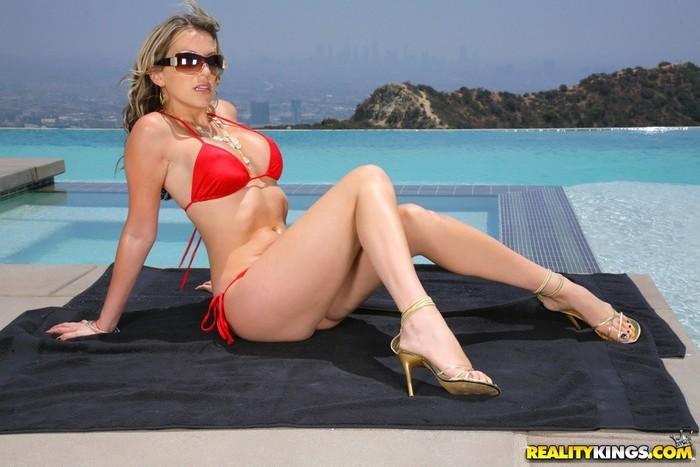 Courtney Cummz - Hot Summer Day - Monster Curves